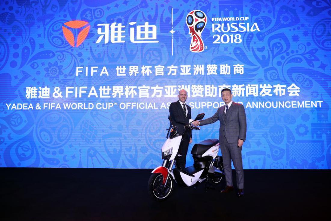 07.FIFA市场战略总监Iain Dowine与雅迪科技集团联席总裁刘晔明在FIFA世界杯纪念版电动车上签名留念