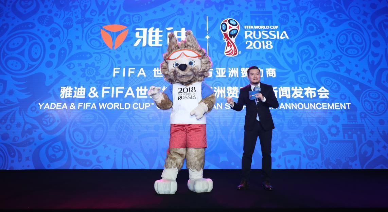 12.著名主持人贺炜与2018FAFA世界杯吉祥物扎比瓦卡