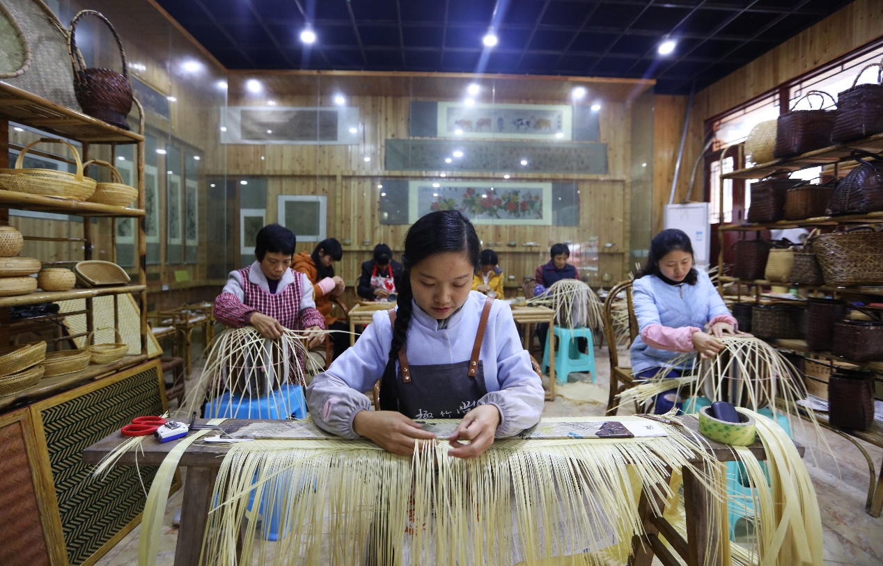 C:\Users\litianyu.lty\Desktop\杨昌芹\杨昌芹\2018年11月10日,在贵州省赤水市大同镇民族村,几名妇女在赤水竹编传承人杨昌芹(前)带领下创作竹编。 王长育 摄.JPG