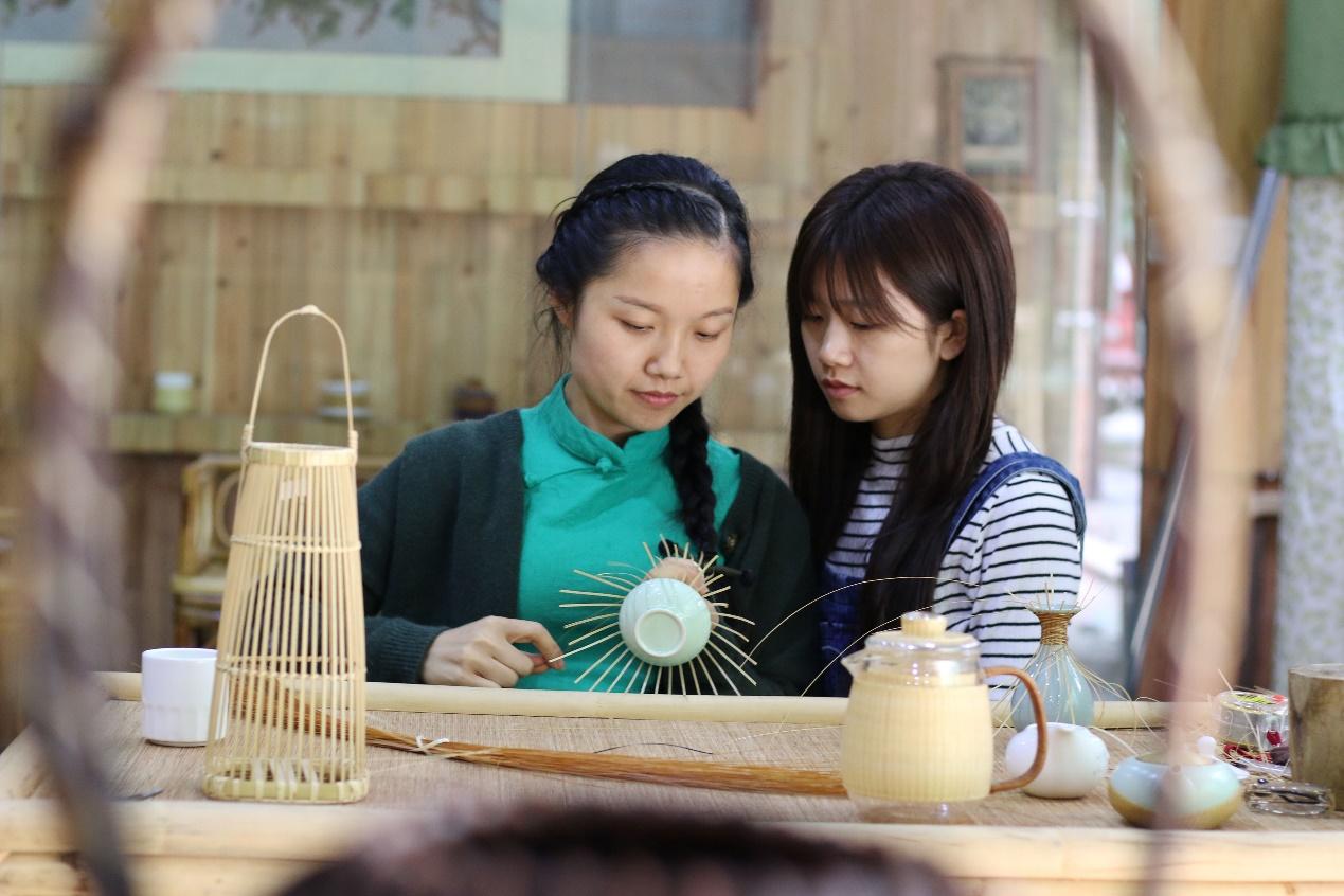 C:\Users\litianyu.lty\Desktop\杨昌芹\杨昌芹\2018年5月6日,在贵州省赤水市大同镇,一名女生在跟杨昌芹(左)学习竹编。 王长育 摄.JPG
