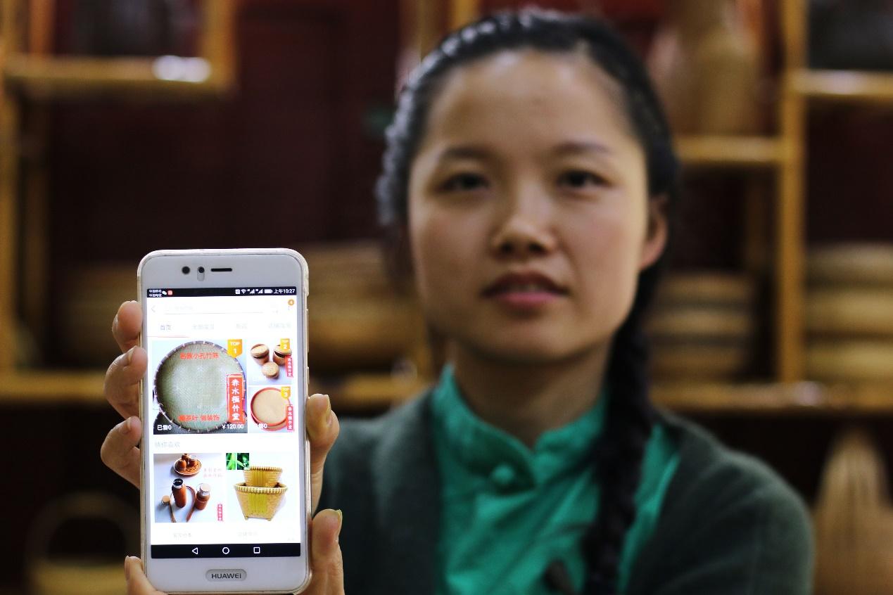 C:\Users\litianyu.lty\Desktop\杨昌芹\杨昌芹\2018年5月6日,在贵州省赤水市,杨昌芹用手机在展示自己的电商网店。王长育 摄.JPG