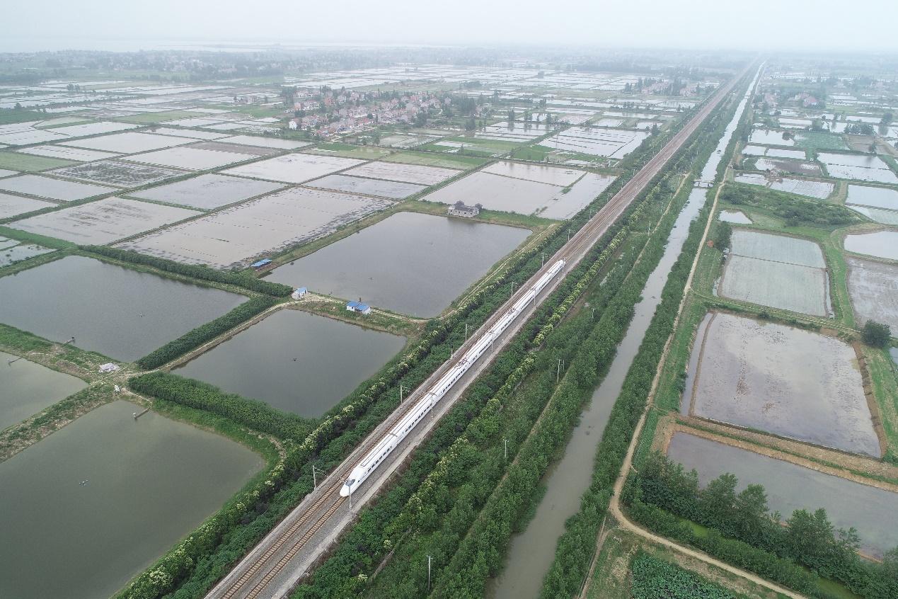 D:\工作\视觉素材\小龙虾出海视觉素材\俯拍养殖基地,这家位于湖北荆州的小龙虾养殖基地面积超过6000亩。.jpg