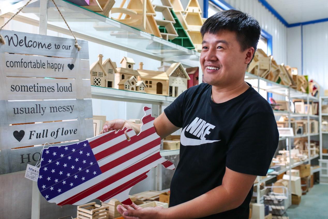 C:\Users\litianyu.lty\Desktop\ICBU传播\曹县项目\曹县淘宝村组图\美国木质国旗的80%来自山东曹县,它成了全国唯一的中国木制品跨境电商产业带。.jpg