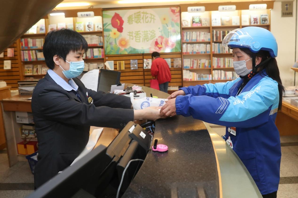 新华书店新闻图片/饿了么骑手在新华书店取书_meitu_2.jpg