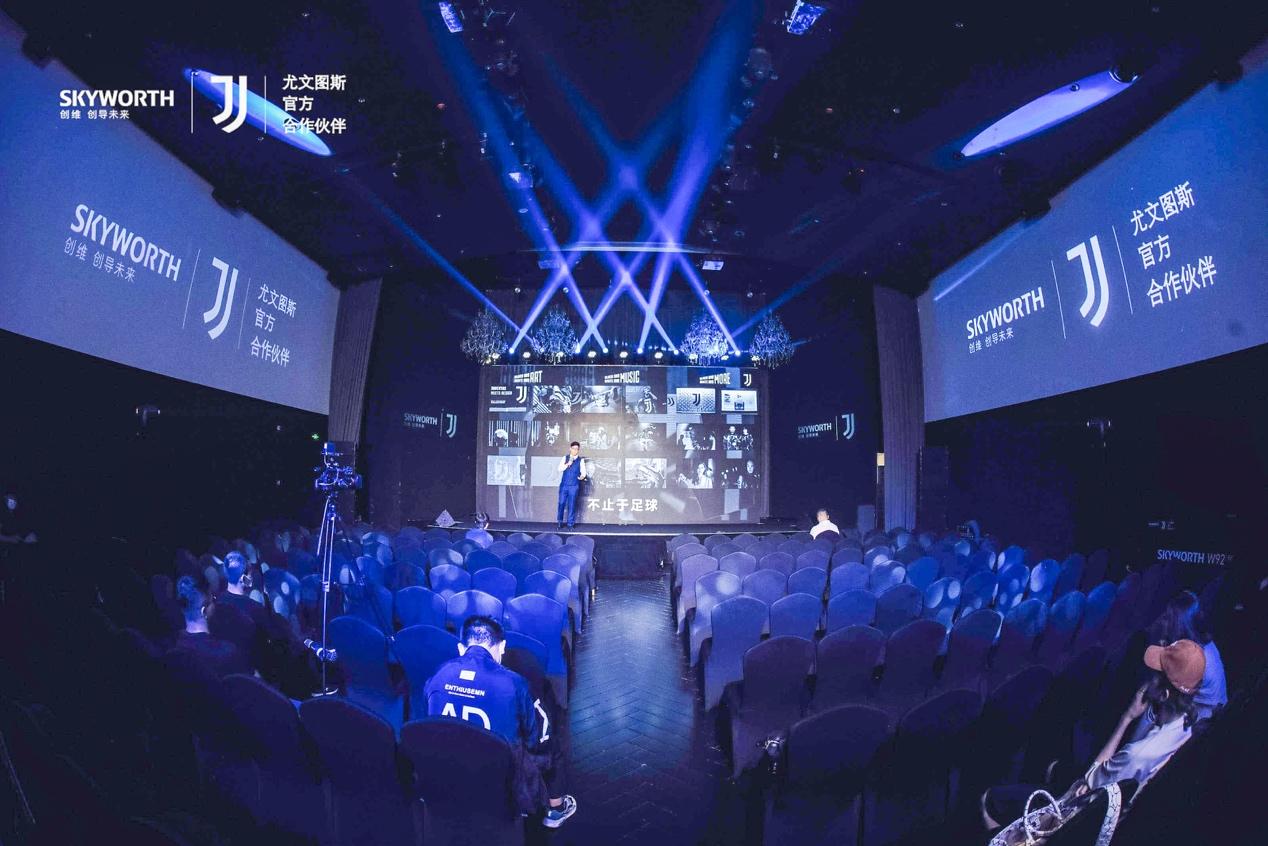 舞台上穿蓝色衣服的人  低可信度描述已自动生成